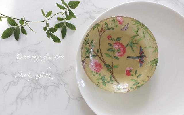 花柄のペーパナプキンを使って作るデコパージュのガラス皿